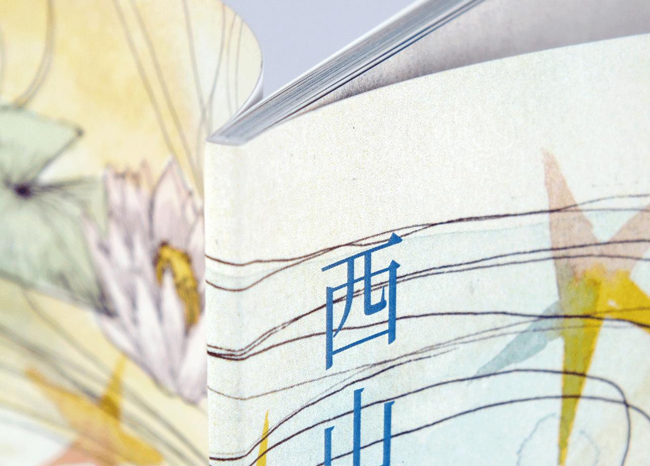 オンデマンド印刷と無線綴じ製本で作成した小冊子(アートブック)の作成事例で、小冊子の厚みがわかる画像です。