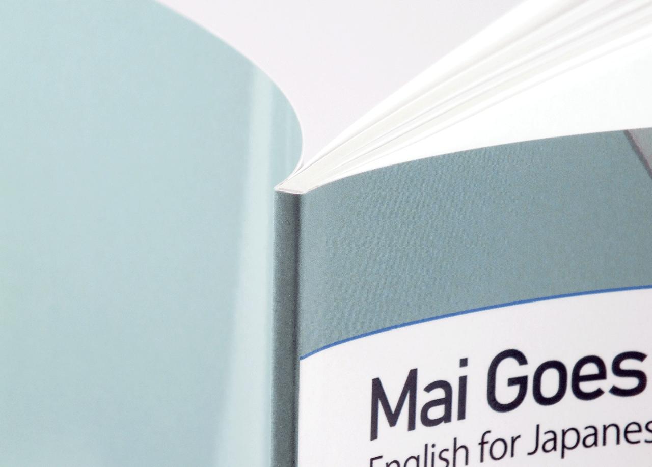 オンデマンド印刷と無線綴じ製本で作成した小冊子(英会話用の学習テキスト)の作成事例で、小冊子の厚みがわかる画像です。