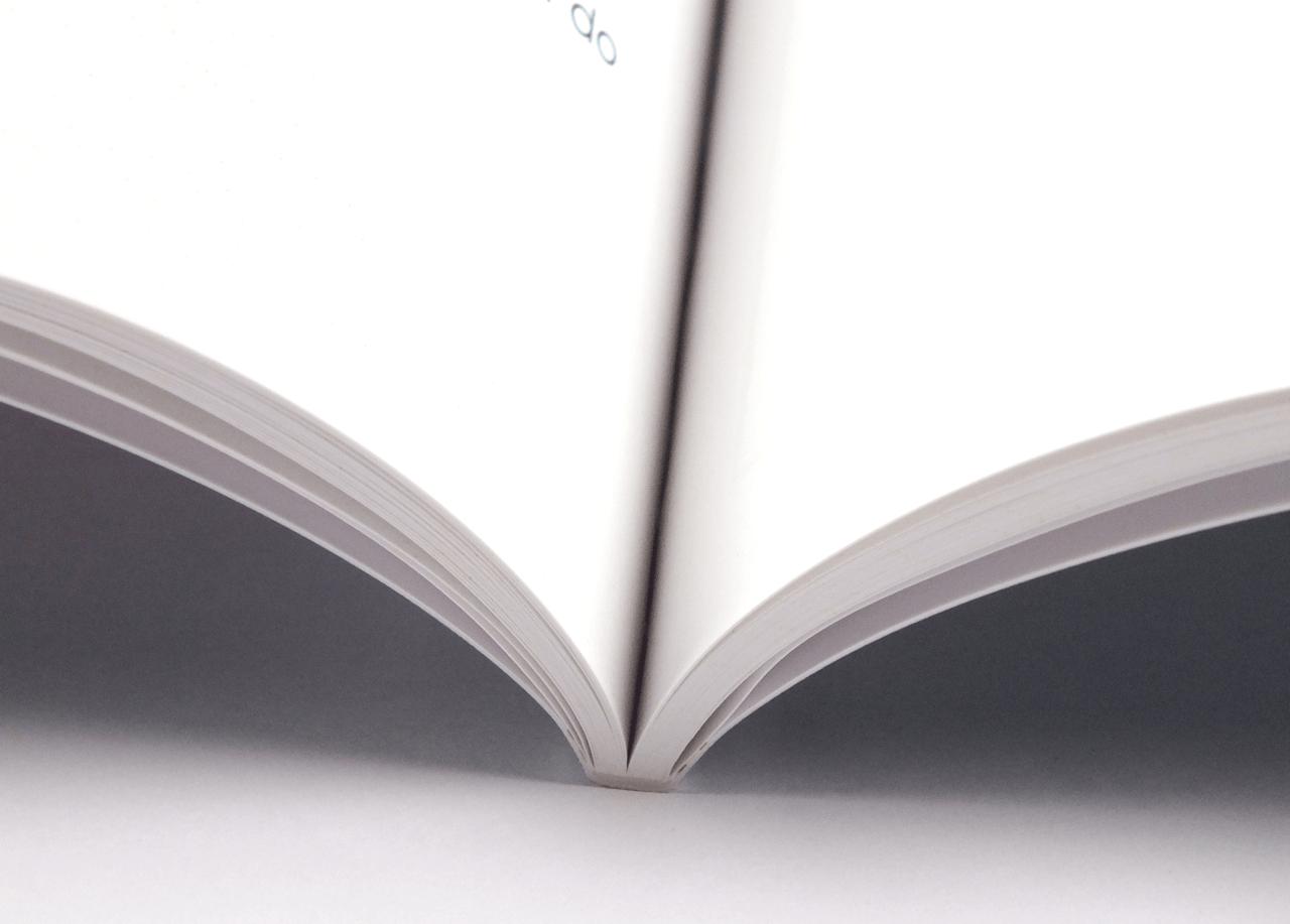 オンデマンド印刷と無線綴じ製本で作成した小冊子(英会話用の学習テキスト)の作成事例で、小冊子の綴じた部分がわかる画像です。