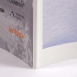 オンデマンド印刷と無線綴じ製本で作成した小冊子(ZINE)の作成事例で、小冊子の厚みがわかる画像です。