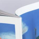 オンデマンド印刷と無線綴じ製本で作成した小冊子(絵本・伝記)の作成事例で、小冊子の厚みがわかる画像です。
