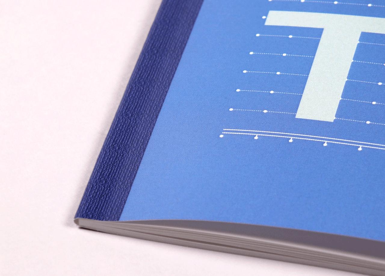 オフセット印刷と無線綴じ製本で作成した小冊子(ノート)の作成事例で、小冊子の綴じ部分の疑似デザインがわかる画像です。