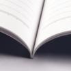 オフセット印刷と無線綴じ製本で作成した小冊子(ノート)の作成事例で、小冊子の厚みと印刷精度がわかる画像です。