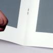中綴じ小冊子に針金を使用していることがわかる画像